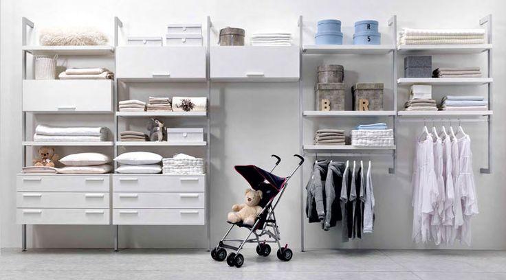 Free con profili a terra e sospesi, struttura in alluminio con mensole, cassettiere e vani in nobilitato Bianco. Maniglie Snap Bianche.