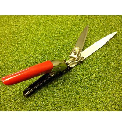 Deze metalen graskantenschaar (handmodel) is voorzien van 33 cm schaarbladen.  Deze graskantenschaar is geschikt voor het met één hand knippen niet alleen van de kanten maar ook voor het knippen van kort of lang gras in het algemeen.   Deze schaar is in drie standen in te stellen voor zowel horizontaal als verticaal knippen dan wel daar tussen in.