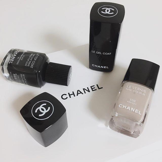today * @chanelofficial #nailstagram * new item. * 去年も今年も新年最初のお買い物は CHANELのネイルポリッシュ💅 * ジェルトップと559番グレージュはリピート * 数量限定の黒のトップコート 塗った色に重ねるとくすんだすきな色に! * * 早速お気に入りたちの仲間入り🙆♡ * #fashion #nail #chanel #vernis #levernis #ポリッシュ #マニキュア #ネイル #セルフネイル #セルフネイル部 #l4l