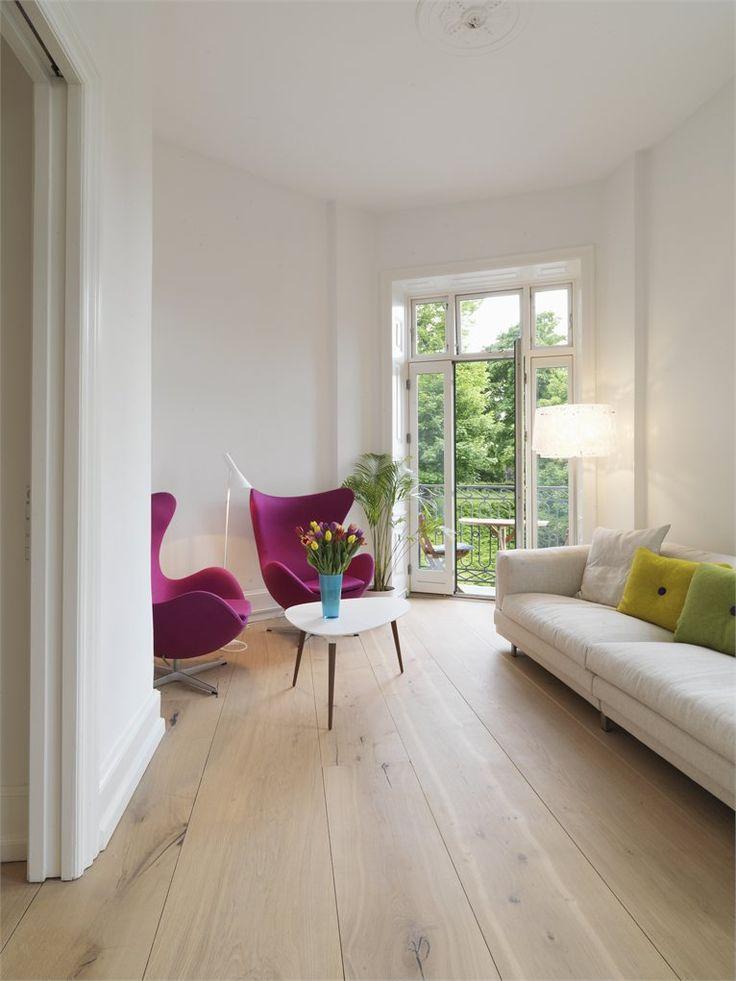 Dielenboden, wenige, dafür ausgewählte Möbel und Farbakzente