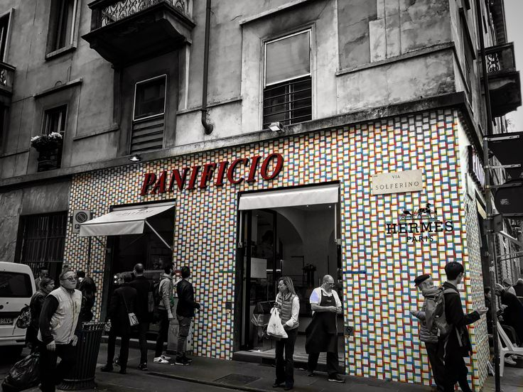@fuorisalone Bakery Pattini📱🔝👬💯 @fuorisalone #bakery #new #wallpaper #wall #HermesParis #Hermes @hermes #black #people #around #milan #city #FuoriSalone2017 #location #ViaSolferino #top #details #design #ilovephoto #good #mypassionphotography #socialnetwork #pinterest #instagram #tumblr #twitter