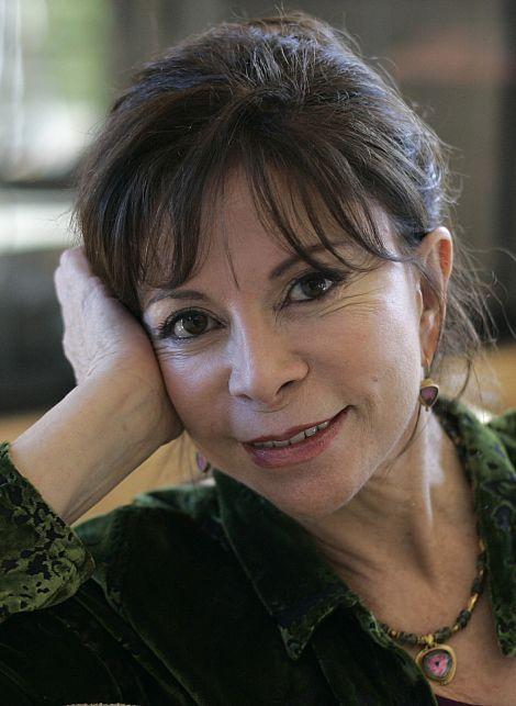 """(1942) É uma jornalista e escritora chilena. Seu livro """"A casa dos Espirítos"""" foi levada ao cinema nos anos 90. Isabel Allende escreveu uma obra, cujo tema refere-se ao anos de ditadura que o Chile Viveu. Em 1995, publicou o autobiográfico """"Paula"""", sobre fatos da vida de sua filha, que na ocasião, estava em coma. Sua filha morreu algum tempo depois. Outras obras imortantes: De amor e de sombra, A cidade das feras, O reino do dragão de ouro, e O bosque dos Pigmeus. —Isabel Allende"""