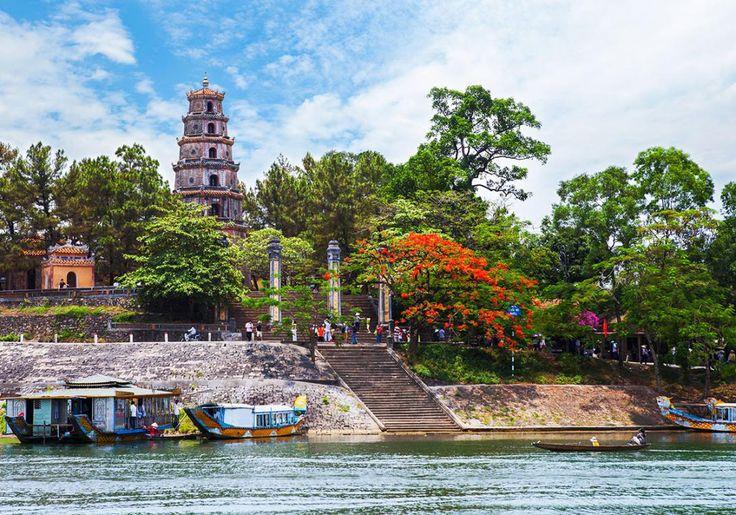 Kongebyen i Hue er et af Vietnams største fæstningsværker med både mur, voldgrav og den smukke Parfumeflod tæt ved. Den Ydre Kongeby var i sin beboet af bønder og håndværkere. I Den Indre Kongeby boede kongen, hans familie og tjenestefolkene. Og midt i Den Indre Kongeby er Den Forbudte By, som kun var forbeholdt kongen.