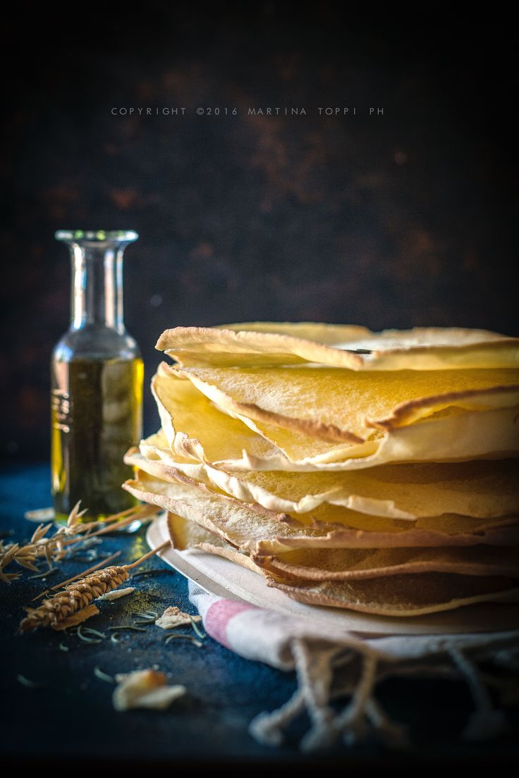 Il pane carasau è il tipico pane sardo composto da farina di grano duro, acqua, sale e lievito e dalla consistenza croccante. Noto anche come carta musica.