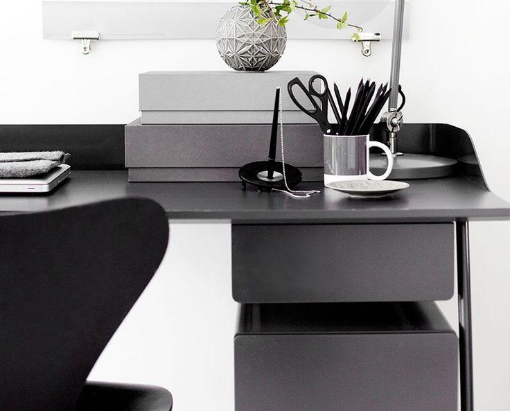 Overtime skrivbord grafitgrå.  Overtime hurts från Voice. #modern #kontor #interior #workspace