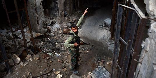 26.04.13 / Les armes chimiques, ligne rouge d'une intervention en Syrie / Un rebelle syrien dans les ruines dAlep, le 16 avril. | AFP/DIMITAR DILKOFF