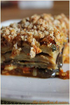 Parmigiana de Jamie Olivier 3 aubergines ; 1 oignon émincé ; 1 gousse d'ail pelée et émincée ; 1càc bombée d'origan séché ; 2 boites de 400g de tomates pelées ; sel poivre ; un peu de vinaigre de vin ; 1 bonne poignée de feuilles de basilic fraîches lavées et grossièrement coupées ; 4 belles poignées de parmesan fraîchement râpé ; 2 poignées de chapelure ; (en option, 150g de mozzarella di buffala)