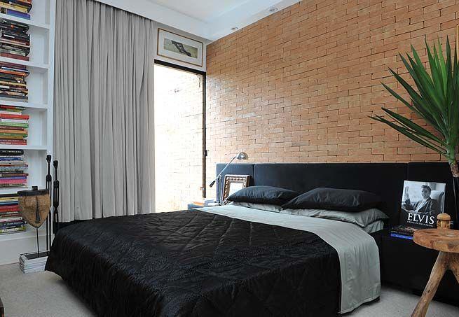 """O tijolo aparente dá um ar, segundo o arquiteto Guilherme Torres, """"de caverna"""" ao quarto, que tem peças mais étnicas"""