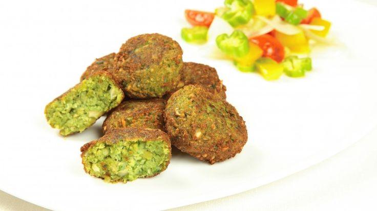 Ricetta Falafel:  Lasciate in ammollo i ceci per almeno 24 ore, quindi scolateli. Trasferite in un frullatore i ceci, la cipolla, l'aglio, il prezzemolo, i semi di coriandolo macinati, il cumino, un pizzico di pepe ed il sale. Frullate questi ingredienti...