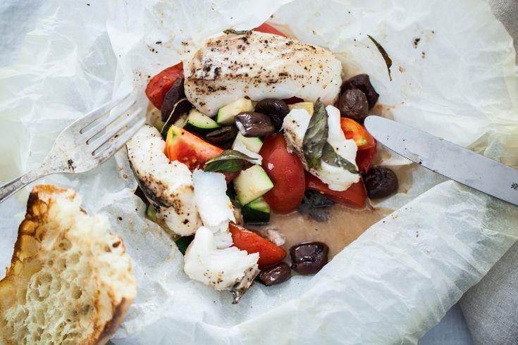 Už celkem hodně let jsem naprogramovaná tak, že připravuji ryby alespoň jednou týdně. Často je peču v celku a v podstatě je máme nejraději jen tak přírodně posolené a s nějakou bylinkou, bylinkovým máslem či citrónovou kůrou. Když chci večeři trochu ozvláštnit a také jí zaujmout děti, děláme rybu v papilotě. Říkáme jí rybí balíček.