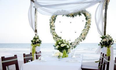 matrimonio sulla spiaggia.. corone di fiori bianchi.. eleganti.. bellissimI centri tavola..
