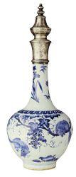 Mavi-beyaz şişe, Ming/ Qing Hanedanı, 17. yüzyıl ortaları. Geçiş dönemi ürünüdür. Sincap ve üzümlerle bezelidir. Gümüş kapak 19. Yüzyıl Osmanlı mortürüdür.