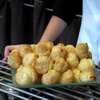 Recette pâte à choux par La : Très facile à réaliser, cette recette vous permettra de faire des choux à la crème, des éclairs au chocolat et autres paris-brest..Ingrédients : oeuf, chou, beurre, farine