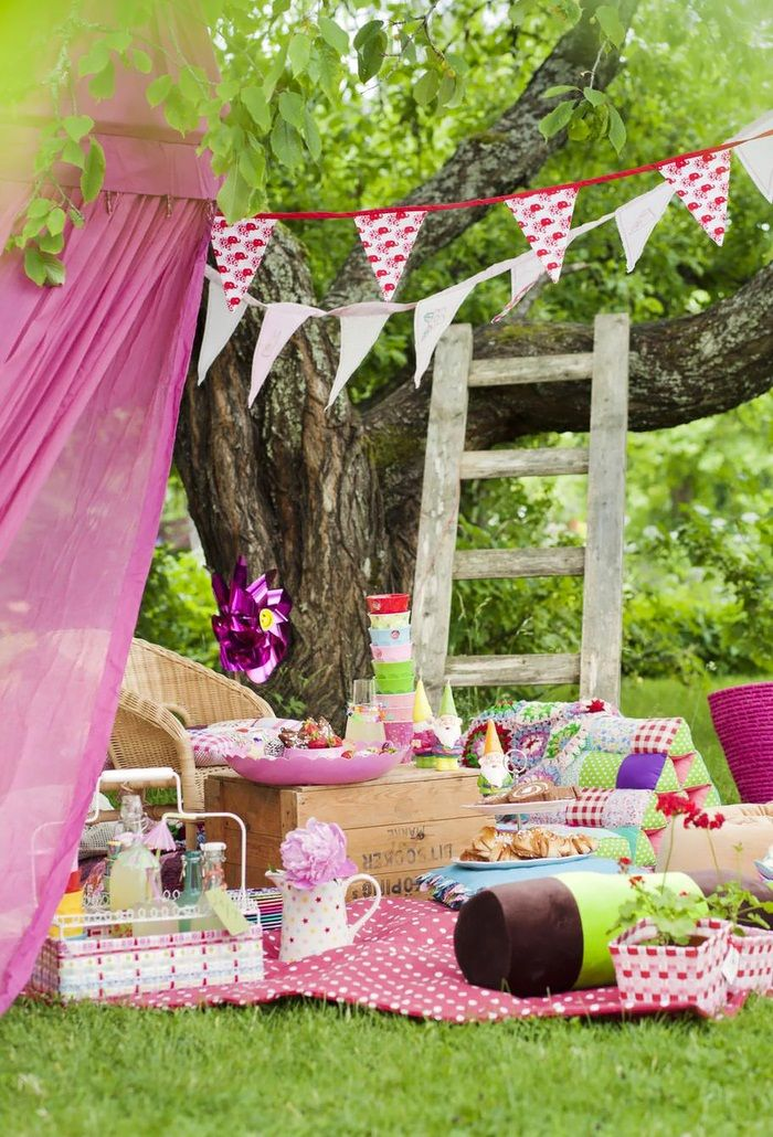 shabby chic picnic for kids. Ladder to the tree is a great touch