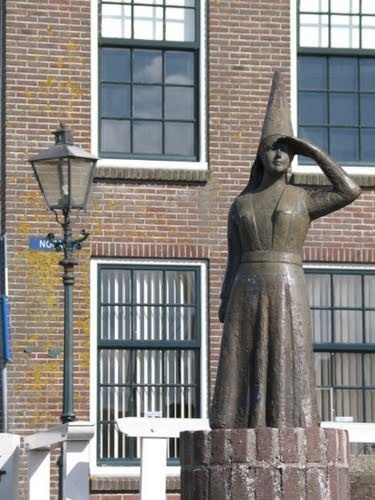 Beeld van het vrouwtje van Stavoren, Stavoren, Friesland De stad Stavoren was een bloeiende havenstad. Vrouwe Stavoren was een steenrijke koopmansweduwe. Op een dag wilde zij het aller waardevolst hebben. Een kapitein gaf haar het beste graan ter wereld. Dit vond zij niets en gaf het bevel om de tarwe in de zee te gooien. Een van de toeschouwers kwam naar voren en verdoemde vrouwe Stavoren tot de bedelstaf als zij inderdaad de tarwe in de zee liet werpen.