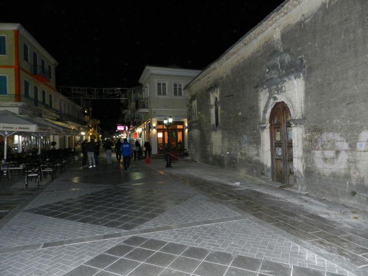 Νυχτερινή φωτογραφία της Κεντρικής πλατείας με τον Άγιο Σπυρίδωνα.