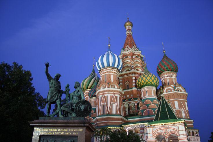 La Catedral de San Basilio es un #templo #ortodoxo localizado en la Plaza #Roja de #Moscú La idea era #construir un grupo de capillas, dedicadas a cada uno de los santos a los que el zar ganó una batalla, con la construcción de una torre central creando una sola catedral. La leyenda dice que el #zar Iván dejó ciego al arquitecto #Yákovlev para evitar que proyectara una construcción que pudiera superar a esta, aunque Yákovlev participó, pasados unos años, en la construcción del Kremlin de…