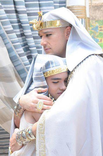 O faraó consola o filho e diz que tudo terminará bem