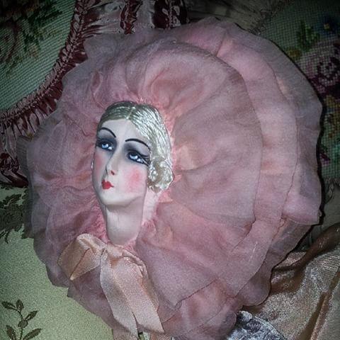 """God morgon♡ Den här kudden eller påsen, förvarade man sitt """"neglege' i Boudoiren.  #boudoir#boudoirdoll#sofadoll #antik#antique#brocante#vintage#inredning#interior#interiör#nightcase#mitthem#myhome"""