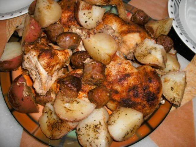 Cartofi cu carnati si pui la cuptor