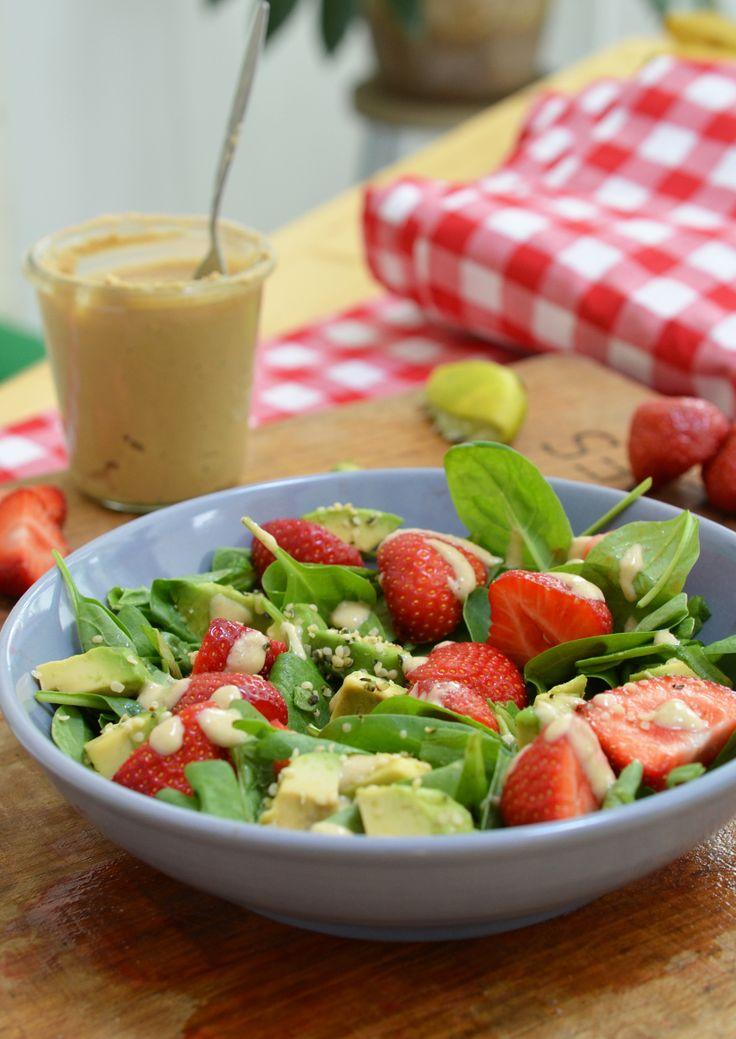 Ik heb deze lekkere frisse en fruitige salade pas ontdekt maar ik ben nu al verslaafd. Heerlijk met een broodje of een cracker met hummus. Die zure cashew dressing maakt het af. De perfecte zomerse salade, if you ask me!