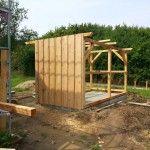 Bauanleitung für einen selbst entworfenen Geräteschuppen / ein Gerätehaus aus Holz für Laien. Aus günstigem Holz mit gepflastertem Fußboden mit Umrandung.