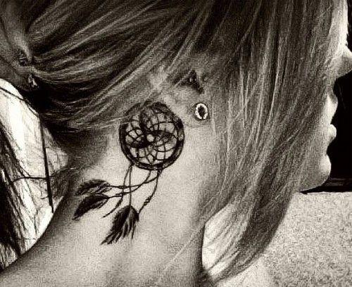 Tatouage attrape-cauchemars derrière l'oreille dans Trouver une idée de tatouage d'attrape-rêve et plume indienne parmi 20 magnifiques exemples