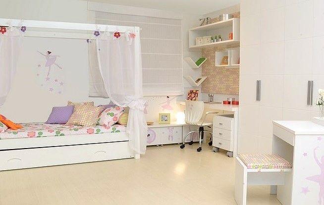 Cama Dossel com cama auxiliar decorada com cortinas tema Princesa Clever, mesas e cadeiras da Intercasa, Armario Branco e adesivos tema Bailarina