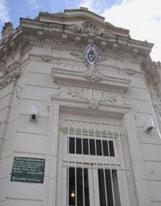 """Esquina de Mitre y Alem: fachada de la Biblioteca Pública Municipal """"Domingo Faustino Sarmiento"""". (Manzana histórica de la ciudad)"""
