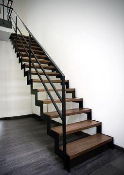 Metalen trap met houten treden - hout ook metaal