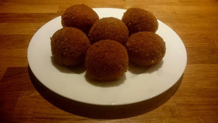 Bitterballen zelf maken; het recept, ingrediënten ragout met rundvlees, uitgebreide video van de bereiding en het frituren van de bitterbal.