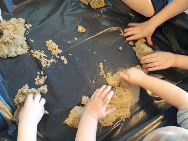 Kinetic zand, een blog post van een kleuterklas juf. Te bestellen via www.toys42hands.nl