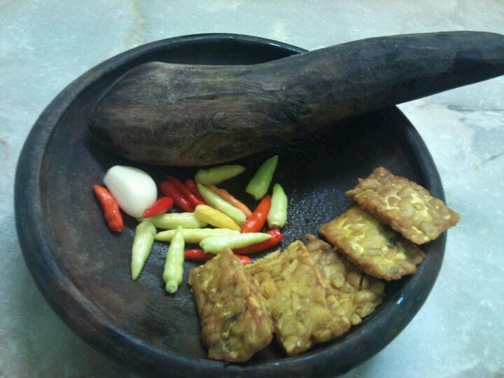 menu sambel lombok rawit mentah plus tempe goreng
