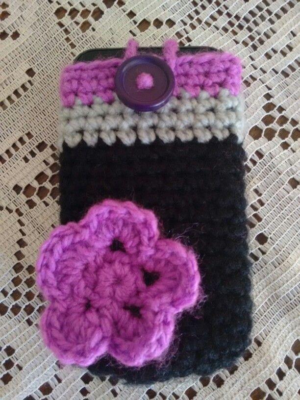 Porta celular, crochet, negro, gris, lila. Flor...
