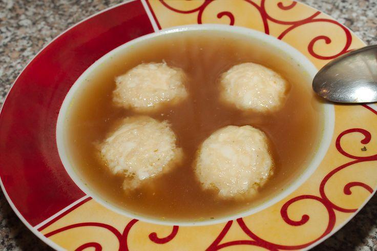 Sajtgolyó leves recept: Egy rendkívül gyorsan elkészíthető leves recept. Ez a sajtgolyó leves! :) Természetesen az a legjobb, ha van a hűtőnkben húsleves alaplé, de ennek híján akár húsleveskockából is főzhetjük. A sajtgolyókat nyugodtan készítsük el előre és csak közvetlen tálalás előtt főzzük meg, mert ha állni hagyjuk a levesben szétesnek.