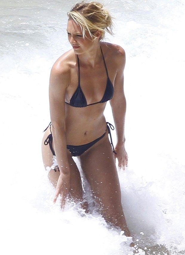 Candice Swanepoel durante sessão de fotos em Fernando de Noronha (Foto: Grosby Group/ Agência)