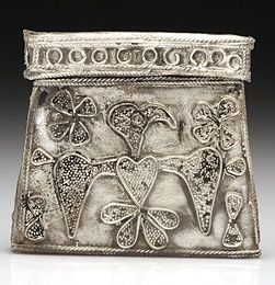Kaptorga (amulet container) made of silver with the image of an eagle (?) from chamber grave E72 (photograph: M. Jórdeczka)