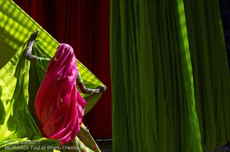 """Il était une fois au Rajasthan par Bruno Morandi. """"En entrant dans cette usine de textile situé en Inde ce sont les couleurs qui m'ont en premier lieu sautées aux yeux et lorsque j'ai aperçu cette ouvrière qui déroulait les étoffes je n'ai pas voulu interrompre le spectacle qu'elle m'offrait et c'est en restant à une certaine distance et en utilisant un petit téléobjectif que j'ai essayé de composer cette image graphiquement."""" Texte et photo Tuul & Bruno Morandi / www.hemis.fr #HemisTeam"""
