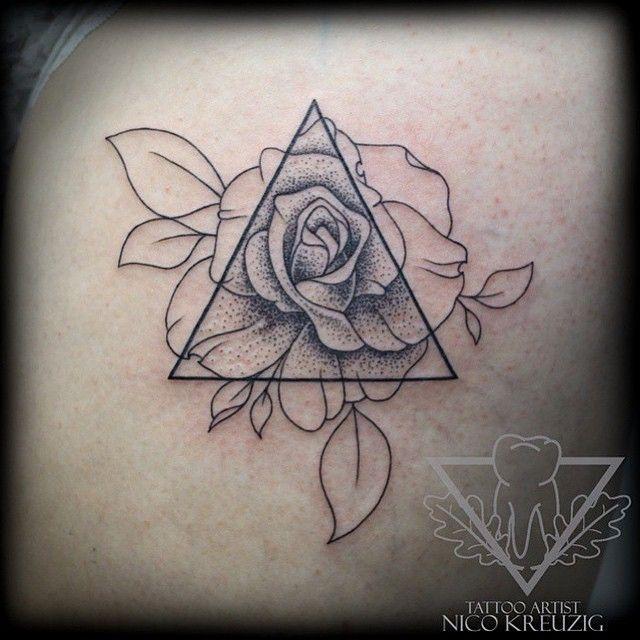 Les 23 meilleures images du tableau tatouages sur pinterest tatouages de roses id es de - Tatouage 3 points en triangle ...