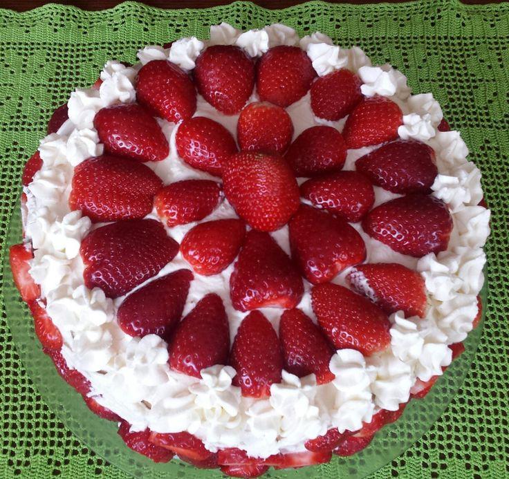 Tort biszkoptowy  z bitą śmietaną,mascarpone i truskawkami
