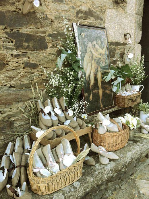 Para las novias más románticas, regala a tus invitadas unas bailarinas que puedan usar no sólo para bailar cómodamente sino también para su día a día.