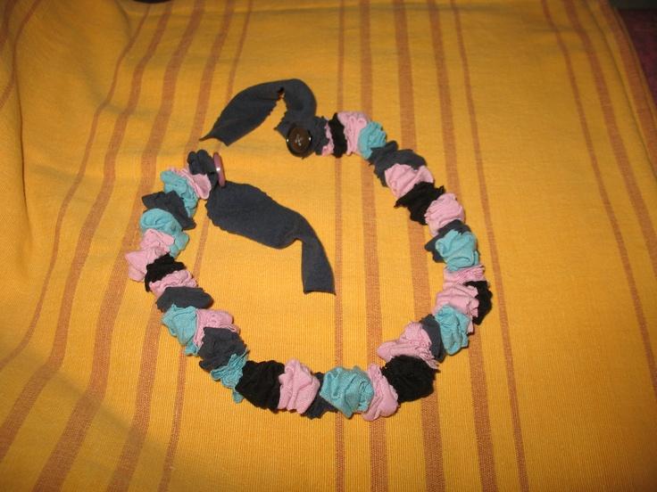 Silvia segue le orme materne: t-shirt e bottoni per questa collana multicolor