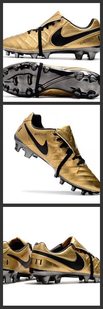 Le Nike Tiempo Legend 7 FG Scarpe da calcio Uomo Totti X Roma Oro Nero per terreni compatti sono scarpe da calcio per uomo che offrono un comfort imbattibile, un ottimo tocco e controllo per un gioco potente.