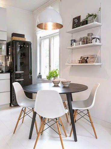 Sala de jantar com cadeiras brancas