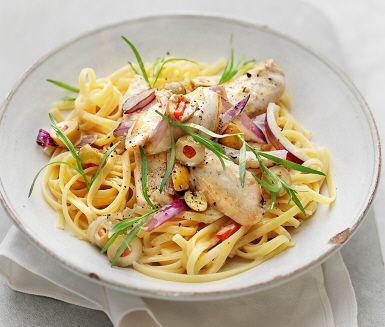Ett lätt- och snabblagat recept på en utsökt dragonkyckling med oliver. Kycklingfiléerna bryns tillsammans med lök i en smörad panna. Därefter adderas den krämiga grädden och buljongen som tillsammans får sjuda innan färsk dragon och oliver sällskapar. Serveras med nykokt pasta.