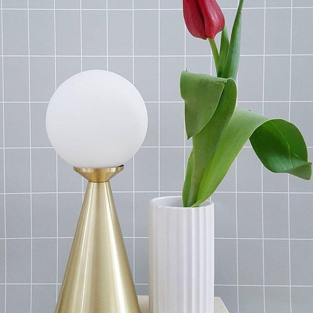 Modern small brass table lamp Draft - by Rydéns  #sessaklighting #sessak #byrydens #byrydéns #draft #luminaire  #sessak #interior #inredning #inspiroivakoti #etuovisisustus #sisustus #sisustusinspiraatio #interior_design #interiorinspiration #nordiskehjem #pöytävalaisin #bordsarmatur #scandinaviandesign #lyngbyvase #fermliving #tulip #flowersofinstagram #interior4all #simplicity #internationalwomensday #naistenpäivä #internationellakvinnodagen  Picture by @lukindae