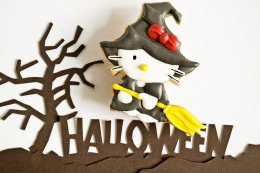 Печенье для Хэллоуина «Ведьмочка Китти»  Нежное сливочное печенье на Хэллоуин, разукрашенное цветной глазурью на основе яичного белка. Ведьмочка Китти украсит ваш праздничный стол своей милой мордашкой, а малыши, которые требовательно кричат в Хэллоуин «сладость или гадость», получат вкусное угощение!