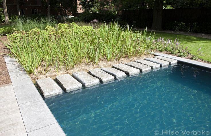 biologisch zwembad met terras in padoek bij authentieke woning. Machtig, die recuperatie blauwe hardsteen blokken...  #zwembad #pool #metamorphosia