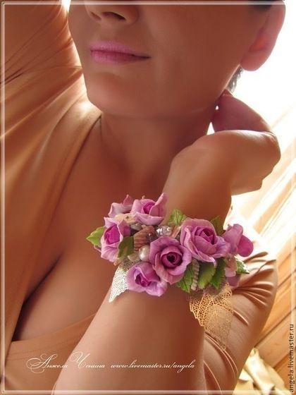 Пышный, очень нарядный браслет с розами из полимерной глины FIMO яркого лавандового, фиолетового цвета. Браслет с фиолетовыми розами и зелеными листьями из полимерной глиныFIMO, с ракушками и жемчугом. Праздничный, летний цветочный браслет.   Украшения в цветочном стиле. Украшения для праздников и торжеств. Украшения для выпускного бала. Необычные украшения в подарок. Свадебный стиль. Аксессуары для невесты. Украшения в эльфийском стиле. Украшения в подарок девушке.