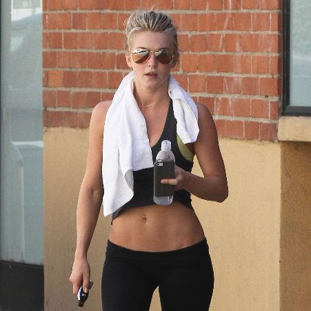 Julianne Hough's body for Fitspiration. Great motivator for working out. Get a routine and stick to it. Eat healthy. Stay active. Nice, flat abs. #undonestar